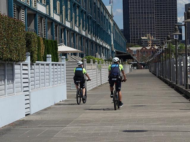 自転車に乗った警察官
