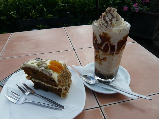 アイスコーヒーとキャロットケーキ