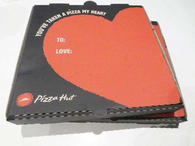 バレンタインデーが近いからか、箱は❤PIZZAHUT