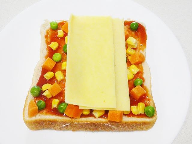 チーズをのせオーブントースターへ